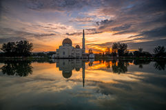 Réflexion de flottement de mosquée au lever de soleil Image libre de droits