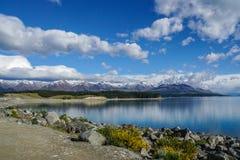 Réflexion de gamme de montagne dans le lac bleu avec le ciel bleu lumineux dans le jour ensoleillé dans Tekapo Photos stock