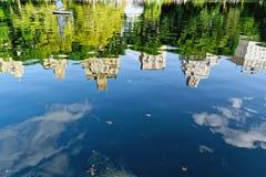 Réflexion de gratte-ciel dans le lac Image stock