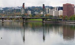 Réflexion de Hawthorne sur le fleuve de Willamette Image stock