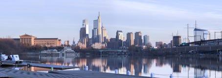 Réflexion de jour du panorama W d'horizon de Philadelphie photographie stock