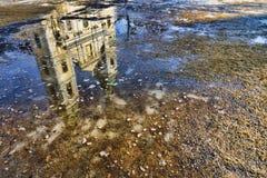 Réflexion de l'église paroissiale de centre-ville à Budapest, Hongrie Photographie stock libre de droits