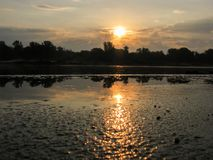 Réflexion de l'aube dans l'eau Photos stock