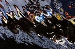 Réflexion de l'eau d'un bateau de pêche, image abstraite intéressante avec des couleurs uniques et formes S photos stock