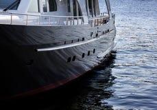 Réflexion de l'eau du côté du bateau Image libre de droits