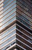 Réflexion de l'eau sur un gratte-ciel Photographie stock libre de droits