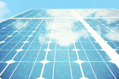 réflexion de l'illustration 3D des nuages sur les cellules photovoltaïques Panneaux solaires bleus sur l'herbe Alternative de con Photo stock