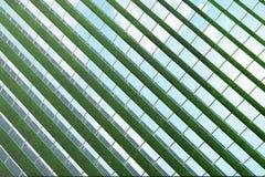 réflexion de l'illustration 3D des nuages sur les cellules photovoltaïques Panneaux solaires bleus sur l'herbe Alternative de con Photographie stock libre de droits