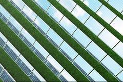 réflexion de l'illustration 3D des nuages sur les cellules photovoltaïques Panneaux solaires bleus sur l'herbe Alternative de con Photos libres de droits