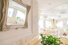 Réflexion de l'intérieur blanc du restaurant moderne photographie stock