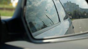 Réflexion de la circulation dans le miroir de vue arrière de côté droit banque de vidéos
