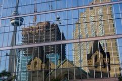 Réflexion de la construction moderne Photo stock