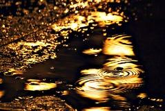 Réflexion de la lumière électrique sous la pluie Photo stock
