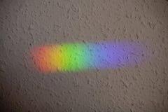 Réflexion de la lumière naturelle sur le mur Spectre de couleur photos stock