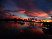 Réflexion de la lumière violette rouge de coucher du soleil à l'eau de mer, Coron, Philippines, Images stock