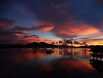 Réflexion de la lumière violette rouge de coucher du soleil à l'eau de mer, Coron, Philippines, Photo stock
