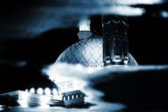 Réflexion de la mosquée dans l'eau Photo conceptuelle de nuit images libres de droits