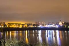 Réflexion de la ville avec des lumières de nuit dans le lac photo stock