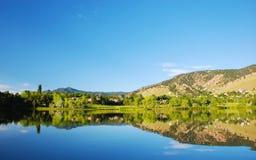 Réflexion de lac avec des maisons avoisinantes photographie stock