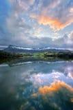 Réflexion de lac avec la sierra montagnes de Salvada photos stock