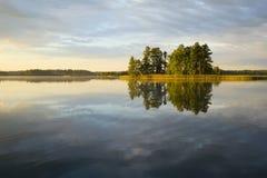 Réflexion de lac d'île Images libres de droits