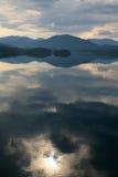réflexion de lac de 2 nuages Image stock