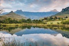Réflexion de lac et de montagne Photographie stock