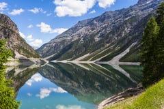 Réflexion de lac Livigno Photo libre de droits
