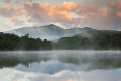 Réflexion de lac mountain outre de route express bleue de Ridge Images stock