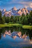 Réflexion de lever de soleil au-dessus des montagnes en parc national grand de Teton Photographie stock