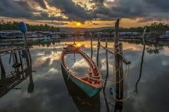 Réflexion de lever de soleil sur le bateau Images stock
