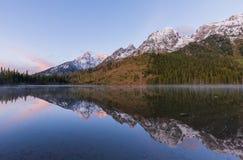 Réflexion de lever de soleil au lac string photographie stock