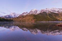 Réflexion de lever de soleil d'automne de Teton au lac string photographie stock libre de droits