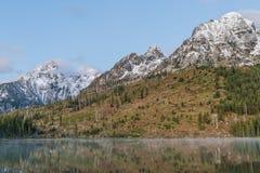 Réflexion de lever de soleil de lac string dans le Tetons photo stock