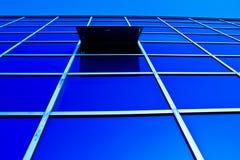 Réflexion de lumière du soleil sur la construction en verre Image libre de droits