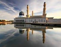 Réflexion de matin de mosquée de Likas Images stock