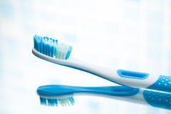 Réflexion de miroir bleue de brosse à dents Images libres de droits