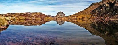 Réflexion de miroir dans le petit lac du plateau d'Anayet Images libres de droits