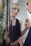 Réflexion de miroir de maquillage de port et de rouge à lèvres d'oeil de fille Image libre de droits