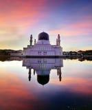 Réflexion de miroir de mosquée de likas Images libres de droits