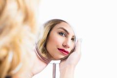 Réflexion de miroir disponible de belle femme Images stock