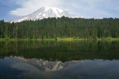 Réflexion de montagne Photos stock