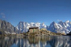 Réflexion de montagne au-dessus de Chamonix, France Images stock