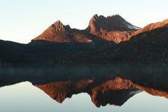 Réflexion de montagne de berceau au lever de soleil Images libres de droits