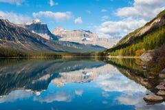 Réflexion de montagne dans le lac waterfowl Photos libres de droits
