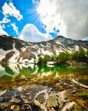 Réflexion de montagne dans le Tarn alpin Photos stock