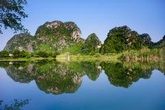 Réflexion de montagne dans Ninh Binh Photo stock