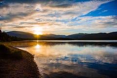 Réflexion de montagne de lever de soleil Photos stock