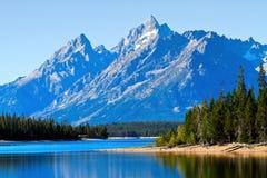 Réflexion de montagne et d'arbres sur le lac photographie stock libre de droits