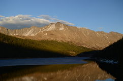 Réflexion de montagne pendant le coucher du soleil Images stock
